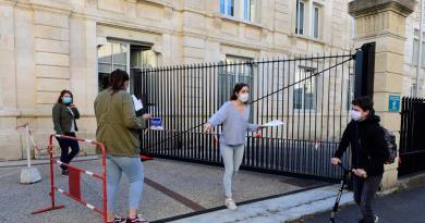 Reduce Francia a siete días cuarentena para casos de COVID-19