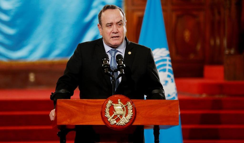 Presidente de Guatemala contrae COVID-19; se encuentra estable