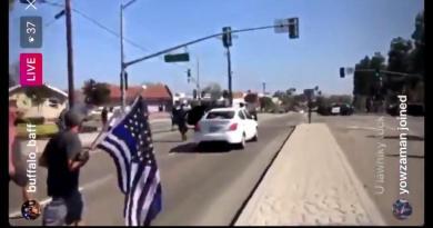 Acusan a mujer de intento de asesinato tras arrollar a manifestantes en California