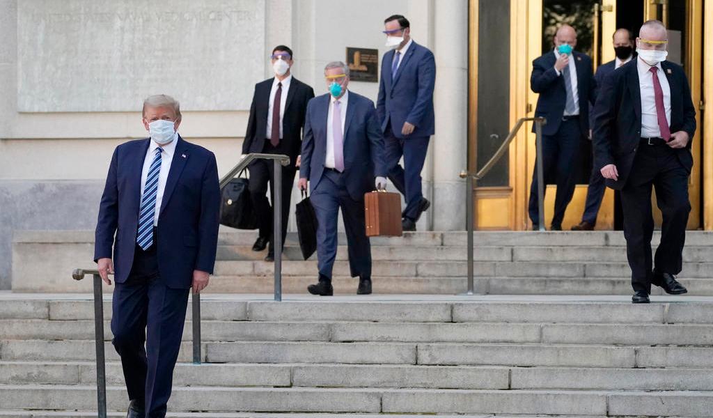 Abandona Donald Trump el hospital tras ser internado por COVID-19