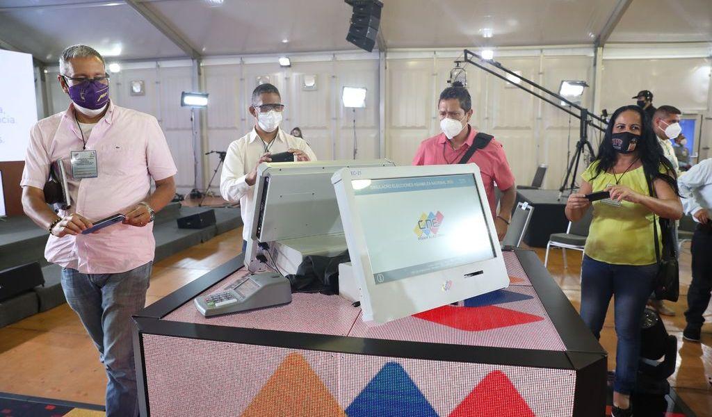 Auditan las máquinas de votación en Venezuela