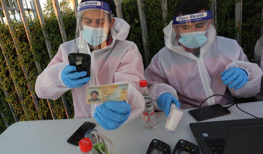 Baja número de nuevos casos de COVID-19 en Chile; tasa de positividad sube