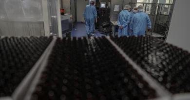 Muere voluntario de pruebas para vacuna contra COVID-19 de AstraZeneca y Oxford