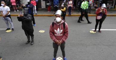 Perú extiende prohibición de reuniones y toque de queda hasta noviembre