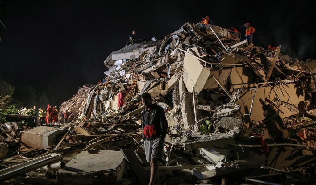 Entre escombros, familias sin hogar buscan sus recuerdos en Turquía