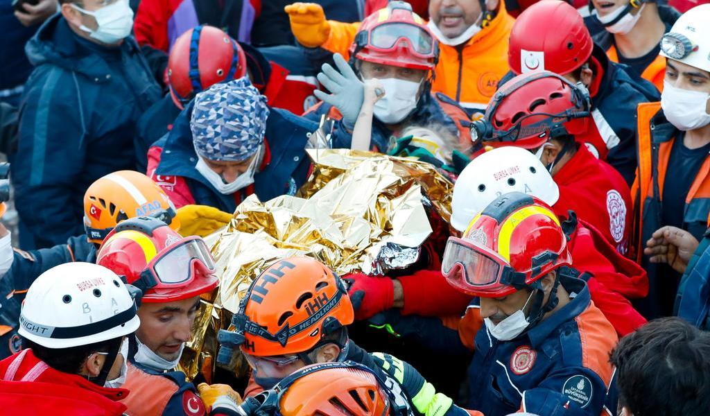 Rescatan a dos menores bajo los escombros tras sismo en Turquía