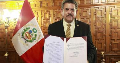 Tras protestas, renuncia el presidente interino Manuel Merino en Perú