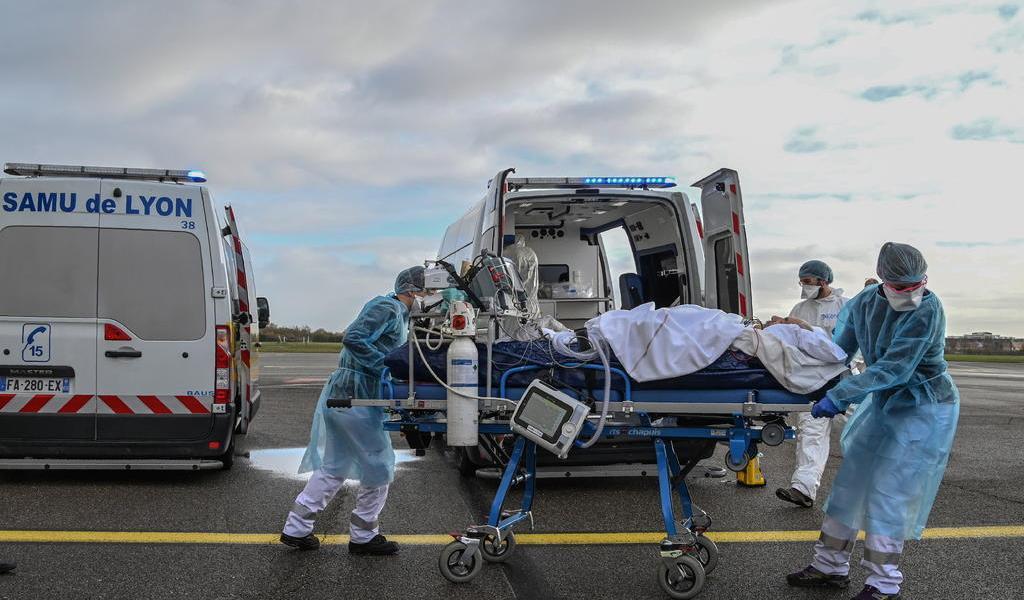 Casos de COVID-19 en cuidados intensivos bajan por segundo día en Francia