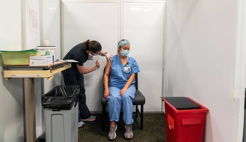 EUA: Mayores de 75 años y trabajadores esenciales próximos para recibir vacuna por COVID-19