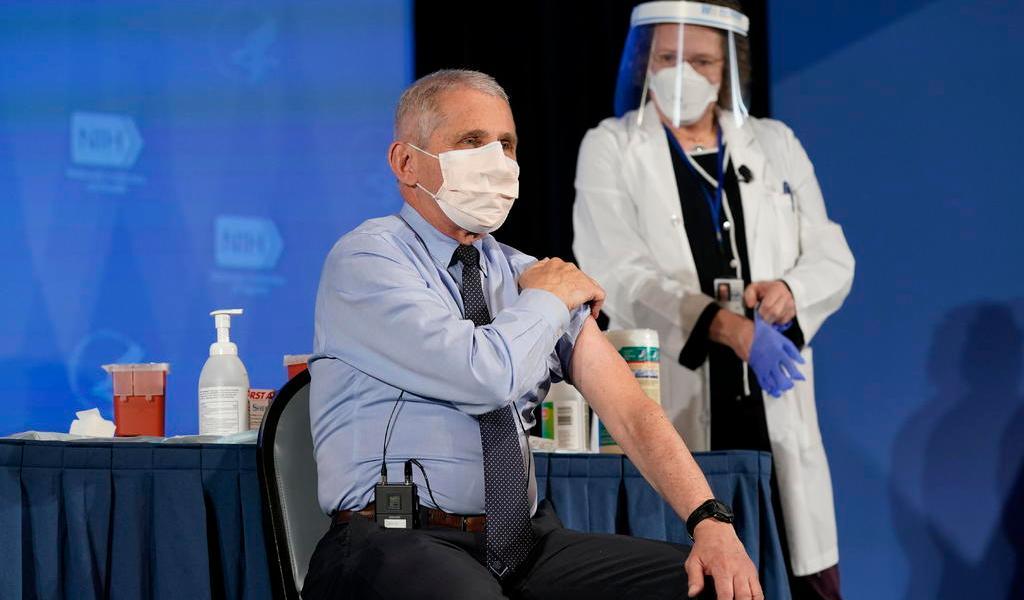 Recibe Fauci la vacuna contra COVID-19