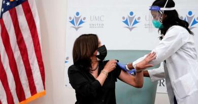 Recibe Kamala Harris en público la vacuna; afirma que se trata de salvar vidas