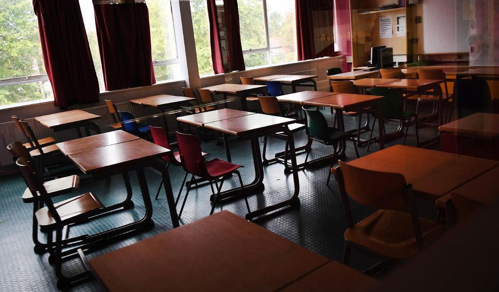 Retrasa Reino Unido la vuelta a clases en secundaria y universidades