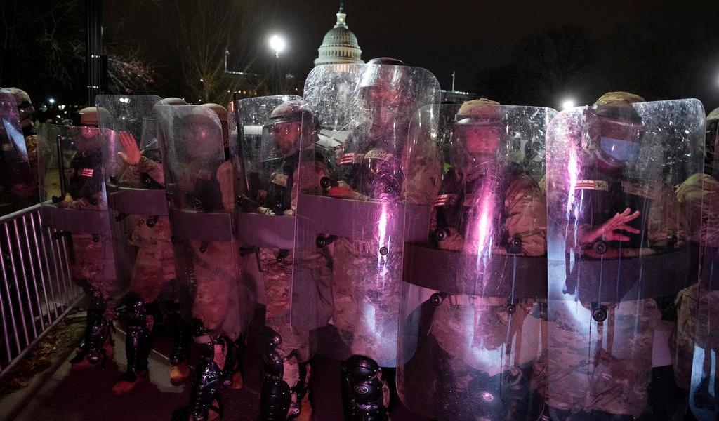 Critican actuación de agentes del asalto en Washington; renuncia el jefe de Policía del Capitolio
