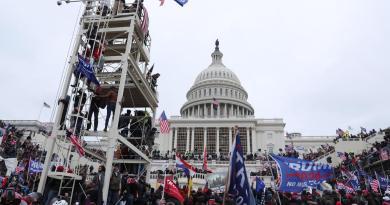 Advierte médico del Capitolio que legisladores de EUA quedaron expuestos a COVID en asalto