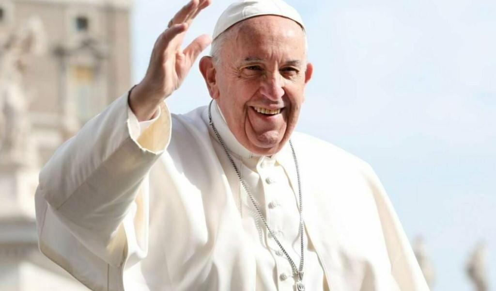 Papa Francisco permite a mujeres asistir en el altar durante la Eucaristía