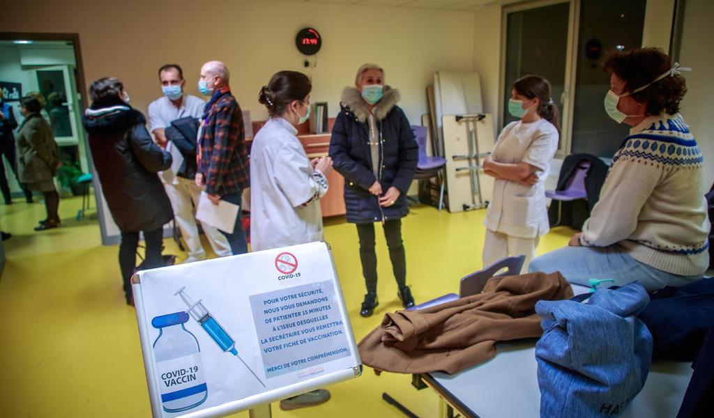 Suma Francia 23,852 casos positivos de COVID-19 en un día
