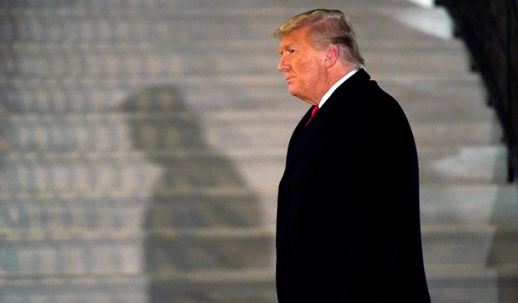 Trump, aislado y en silencio ante juicio