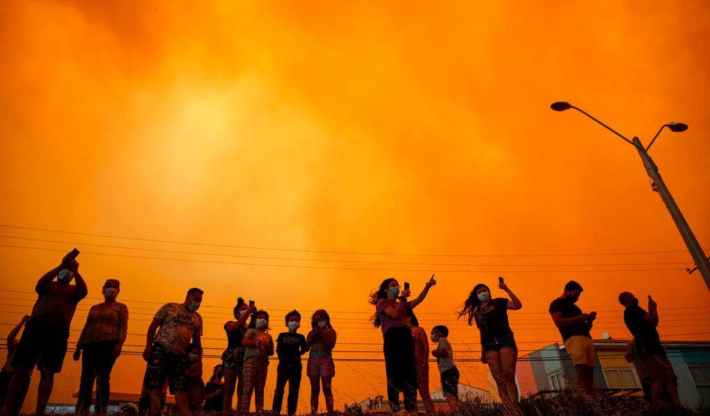Autoridades de Chile ordenan evacuar a 25 mil personas por incendio forestal