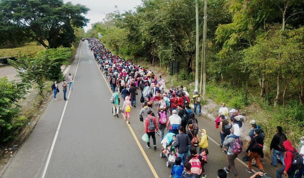 Más de 3 mil migrantes hondureños superaron cordones de 300 policías