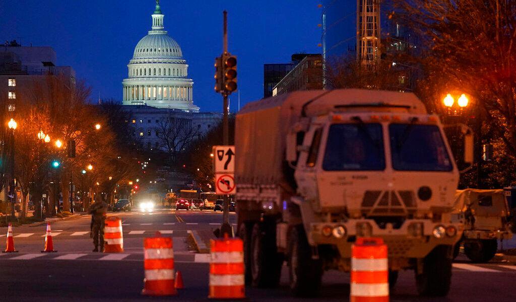 Arrestan a hombre armado en retén cerca de Capitolio de EUA