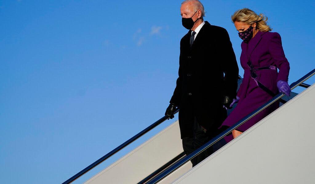 Biden aterriza en base militar en las afueras de Washington para su investidura