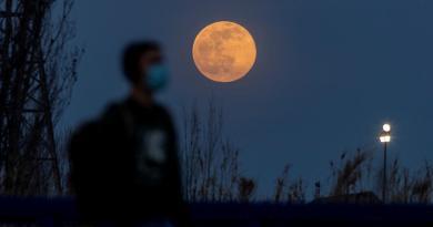 Así se apreció este jueves la llamada Luna de Lobo