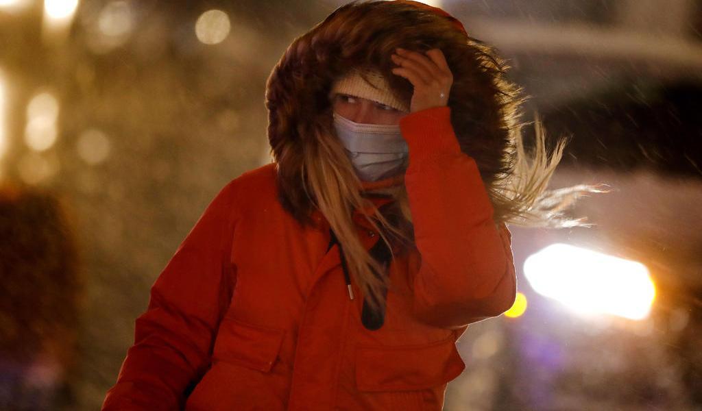 Nueva York suspende clases y vacunación contra COVID-19 ante llegada de nevada