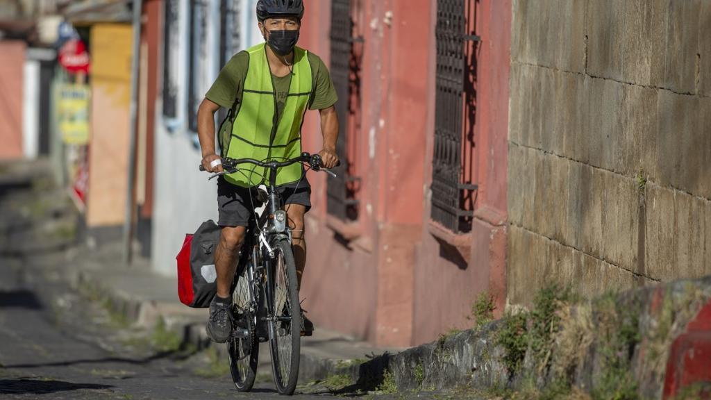Ayuda a alimentar niños pobres en Guatemala con su bicicleta