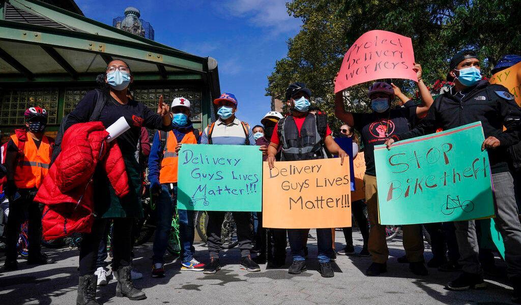Trabajadores de restaurantes en Nueva York celebran acceso a vacuna contra COVID-19