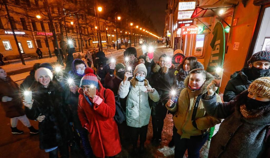 Intenta Rusia sofocar protestas de teléfonos celulares