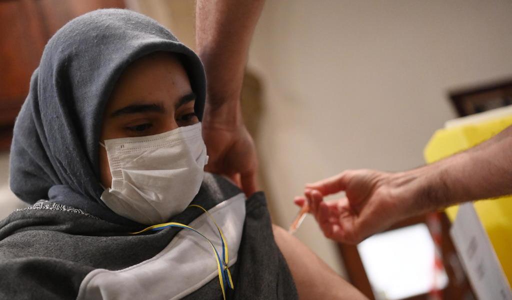 Pide OMS a países ricos no limitar vacunas a países pobres