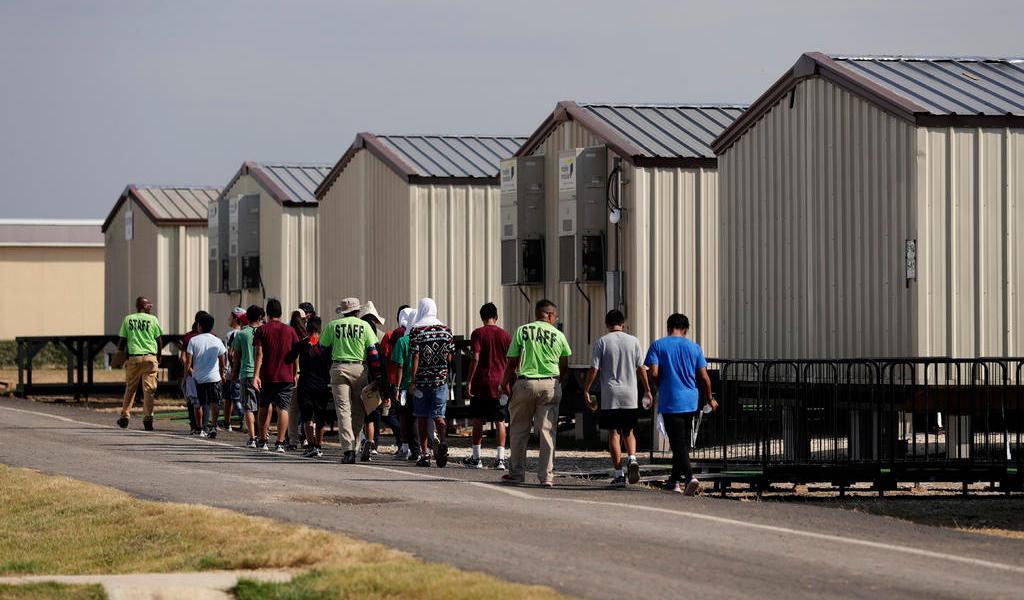 Gobierno de Biden reabre instalación en Texas para menores inmigrantes