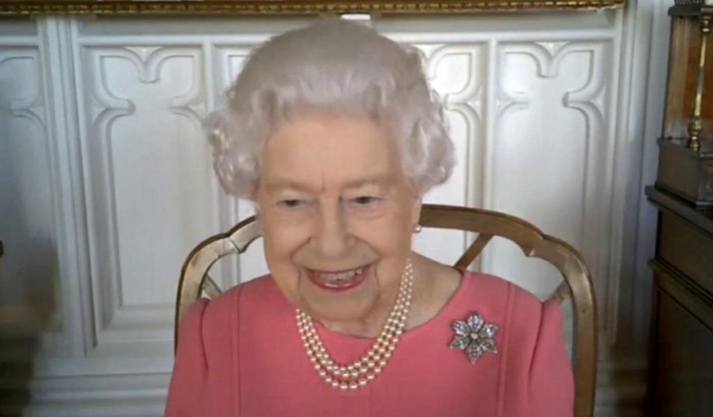 Vacuna contra el COVID es rápida, indolora y ayuda a otros: reina Isabel II