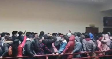 Suman 5 estudiantes muertos tras caer de cuarto piso en universidad boliviana