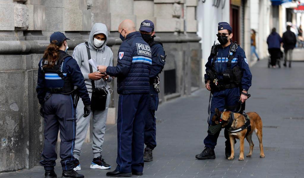 Reporta Francia más de 300 muertes en un día; prevé 'semanas complicadas'