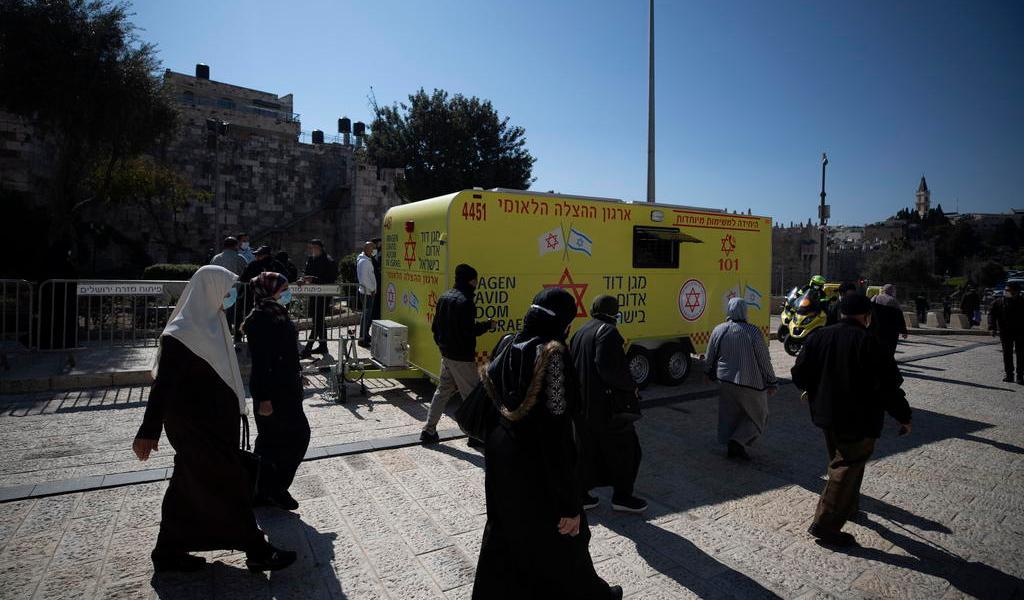 Aplaza Israel vacunación contra COVID de 120 mil palestinos