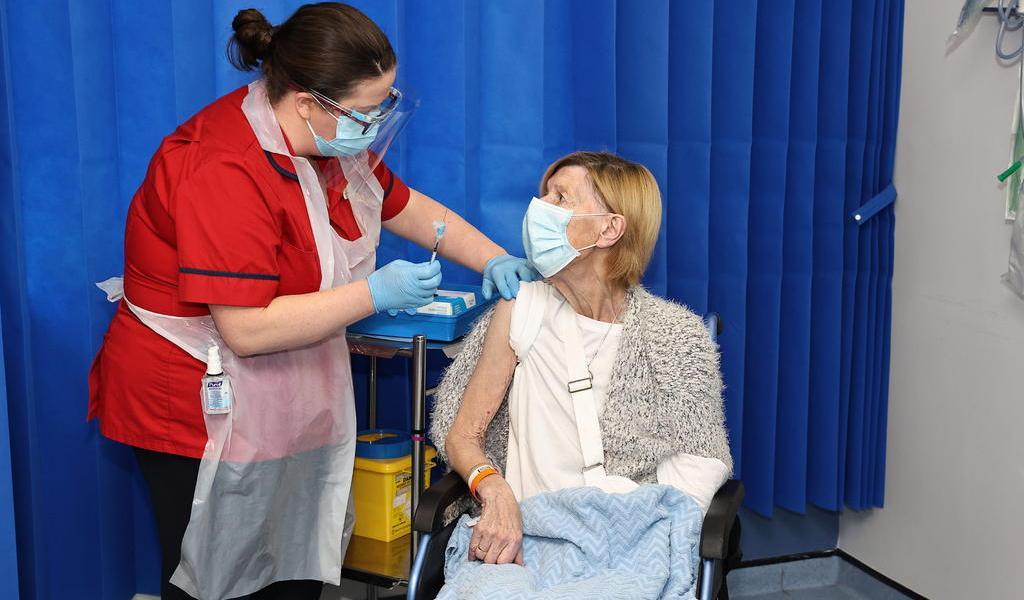 Recomiendan suspender uso de vacuna de AstraZenenca contra COVID en Irlanda