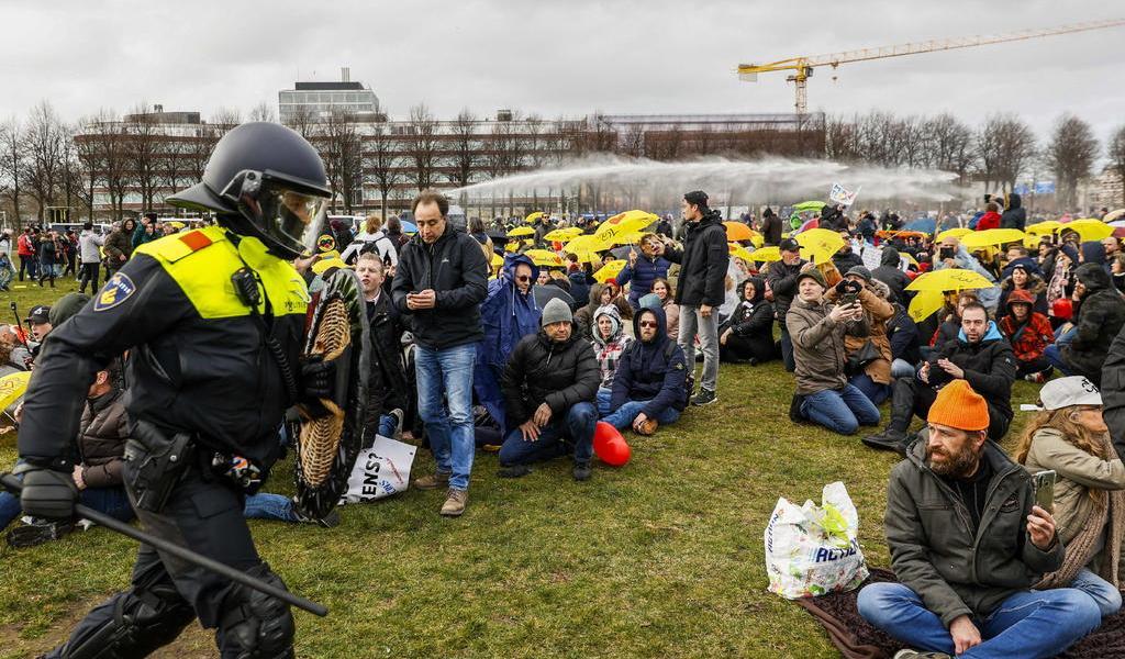 Surgen protestas en Holanda contra restricciones por COVID-19