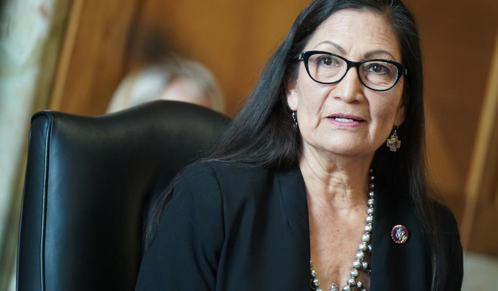 Confirma Senado de EUA a Deb Haaland como nueva secretaria del Interior