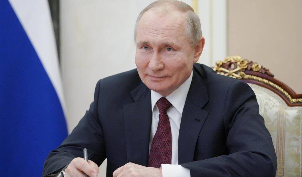 Invita Putin a Biden a hablar por teléfono tras calificarle éste de asesino