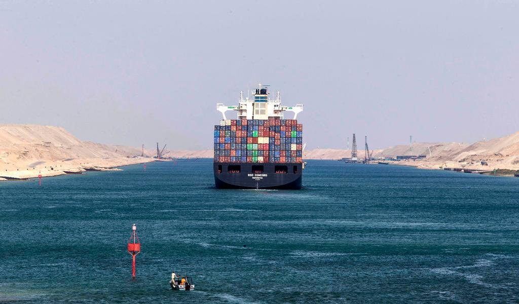Vuelca buque de carga y bloque tráfico en Canal de Suez