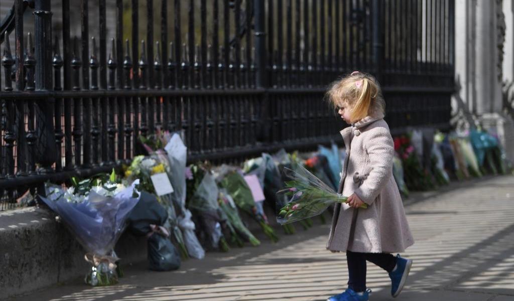 Lloran británicos la muerte de su 'abuelo' en Buckingham