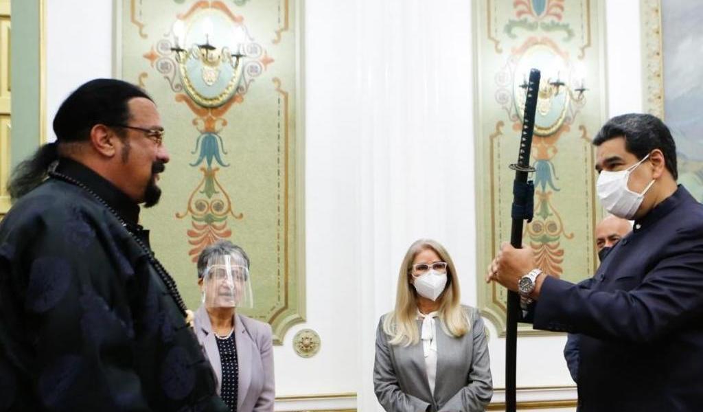 Maduro maniobra una espada samurái de Steven Seagal