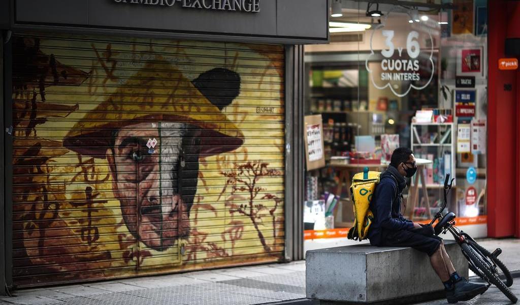 Vuelven argentinos a estricta cuarentena con temor y enojo