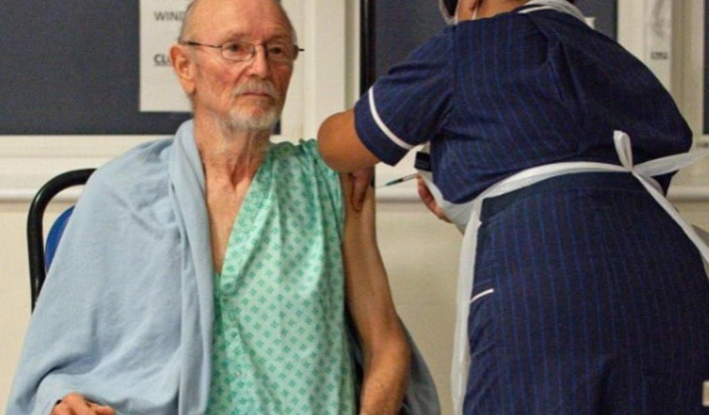 Fallece William Shakespeare, primer paciente en recibir vacuna antiCOVID en Inglaterra