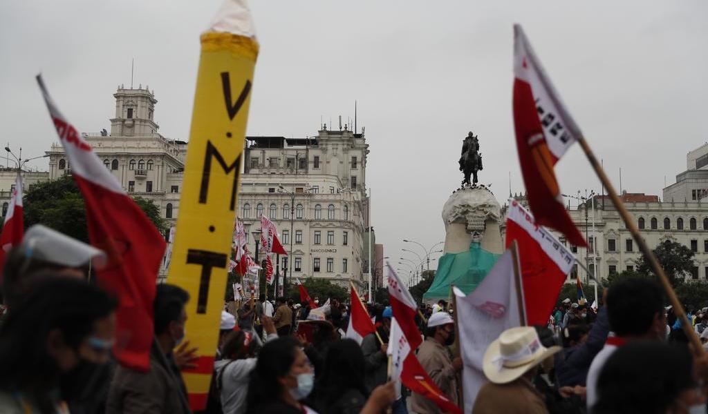Crece la tensión en Perú ante intento de Fujimori de anular votos de Castillo