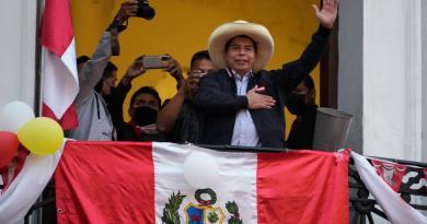 Pedro Castillo se impone en escrutinio de Perú que Fujimori tilda de fraudulento