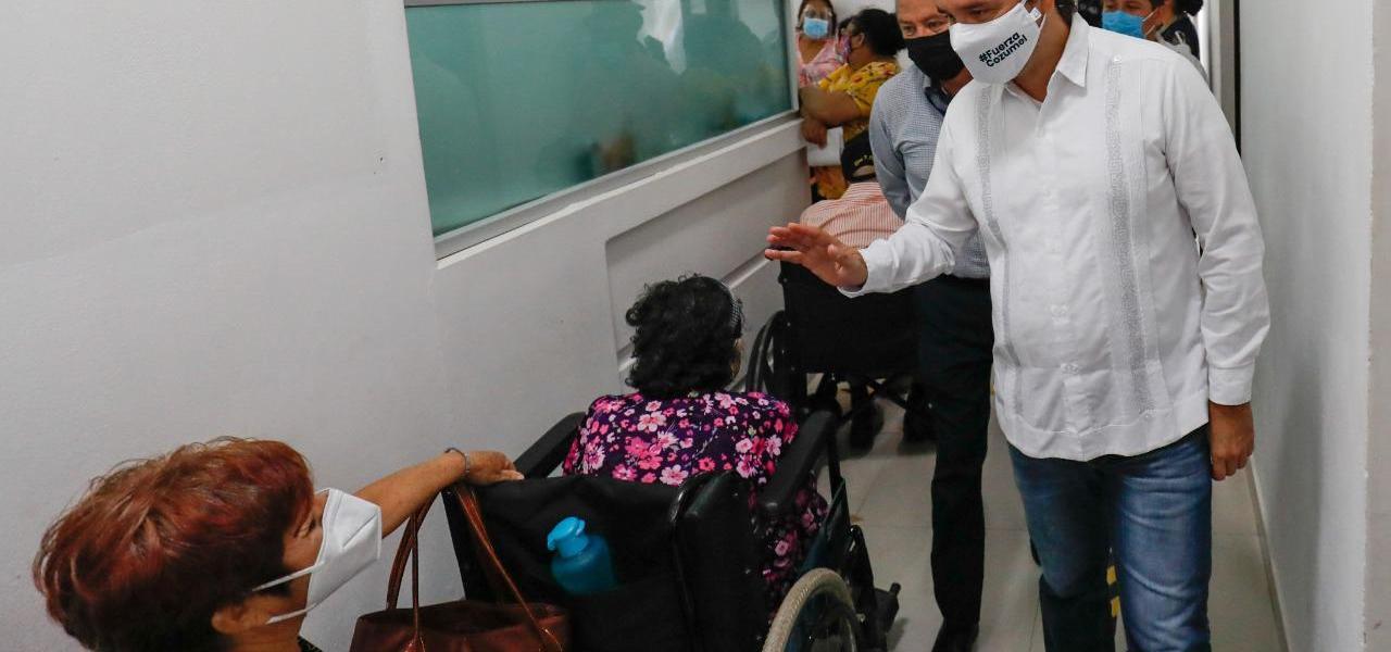 Atiende Pedro Joaquín a adultos mayores durante la jornada de  vacunación contra Covid-19 en Cozumel