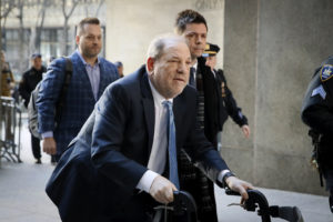 Trasladan a hospital a Harvey Weinstein por presión arterial alta