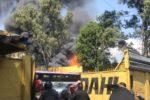 Bomberos sofocan incendio en depósito de camiones de Coyoacán